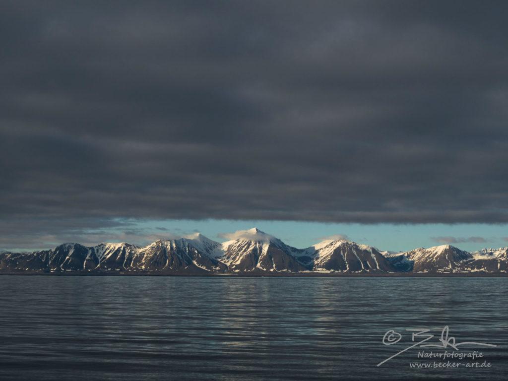 becker-art Natur Spitzbergen Svalbard Himmel Wolken Berge Meer