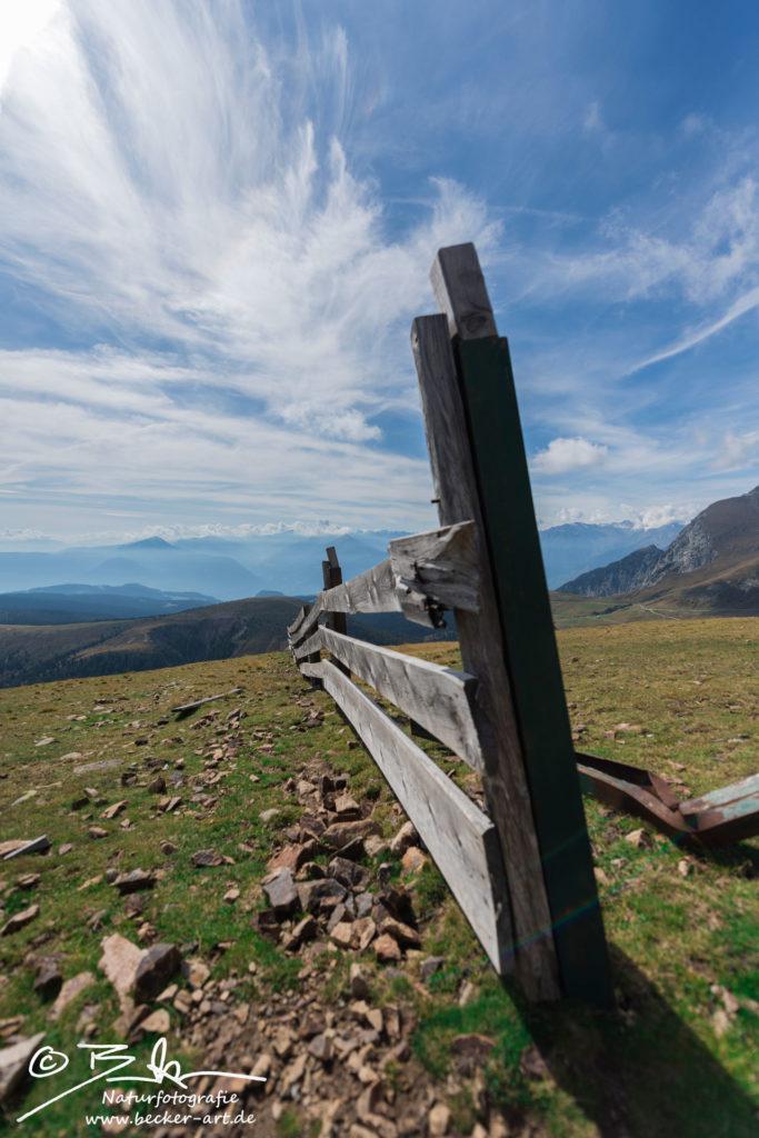 becker-art Südtirol Berge Zaun Gatter blauer Himmel